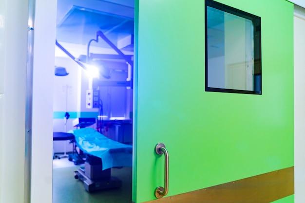 Puertas cerradas en sala de operaciones. clinica quirurgica moderna