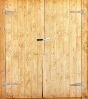 Puertas de entrada dobles de madera. el más nuevo
