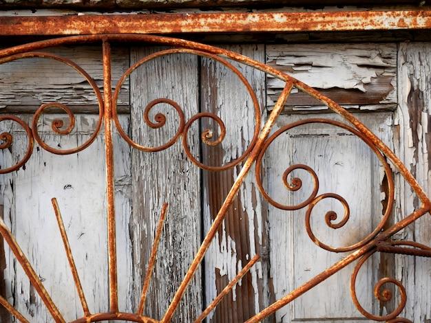 Puertas de madera antiguas, estructura y detalles.