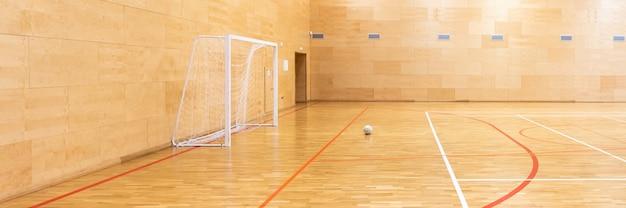 Puertas para mini fútbol. salón de balonmano en cancha deportiva moderna