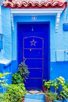Puertas orientales tradicionales con adornos en marruecos.