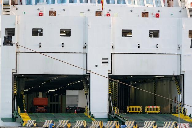 Las puertas traseras se abrieron de un ferry de envío para permitir que los autos ingresen al ferry.
