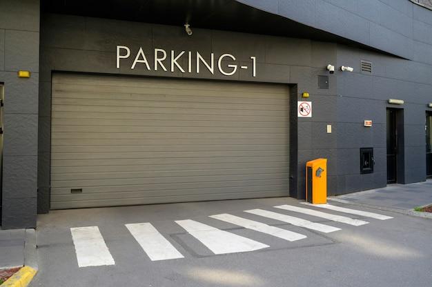 Puertas verticales para estacionamiento de automóviles en un edificio de apartamentos.