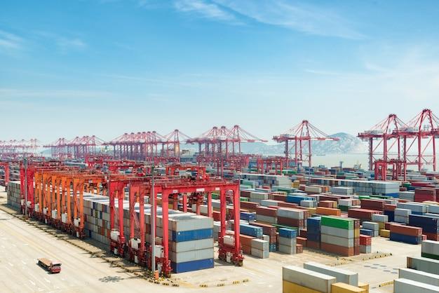 El puerto de aguas profundas de shanghai yangshan es un puerto de aguas profundas para buques portacontenedores, china.