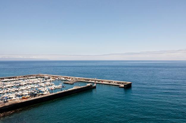 Puerto con barcos y mar azul