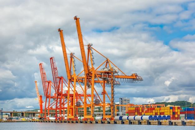Puerto de carga marítima en gdynia, báltico, polonia