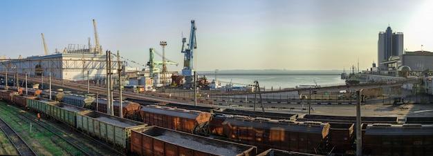 Puerto de carga y vías férreas en odessa, ucrania