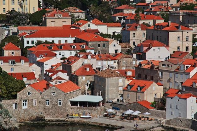 El puerto deportivo en la ciudad de dubrovnik en el mar adriático, croacia