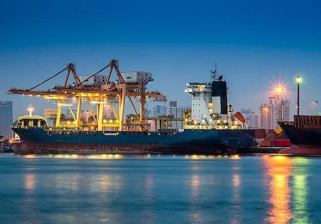 Puerto de envío con grúa para carga de contenedores