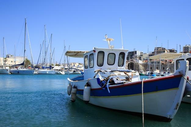 Puerto de heraklion y puerto veneciano en la isla de creta, grecia.