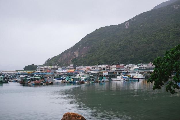 Puerto industrial con bungalows pobres.