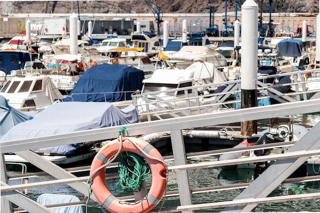 Puerto lleno de pequeñas embarcaciones