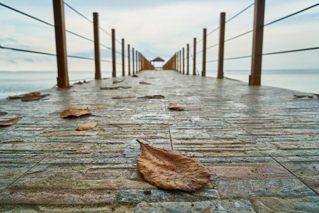 Puerto de madera en el agua del mar