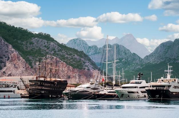 Puerto marítimo con barcos de pasajeros y yates