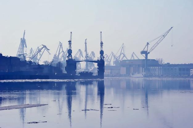 Puerto marítimo de carga en san petersburgo, rusia