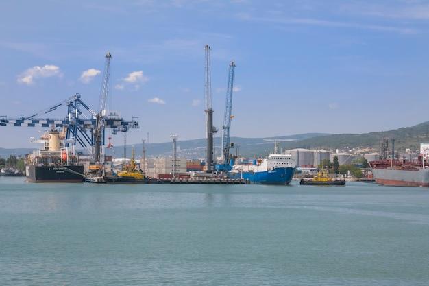 Puerto marítimo de la ciudad de novorossiysk