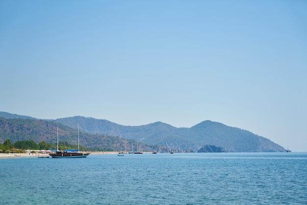 Puerto marítimo visto desde el mar