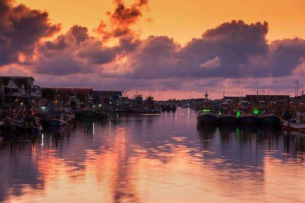 Puerto de pesca en el cielo crepuscular, rayong