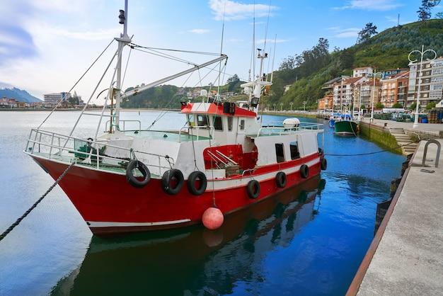 Puerto de ribadesella en el río sella de asturias españa