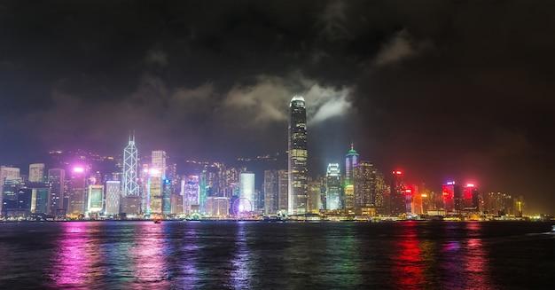 Puerto victoria en hong kong al atardecer