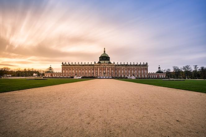 Puesta de sol con el palacio de sanssouci en potsdam, alemania