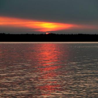 Puesta de sol sobre el lago, lago de los bosques, ontario, canadá