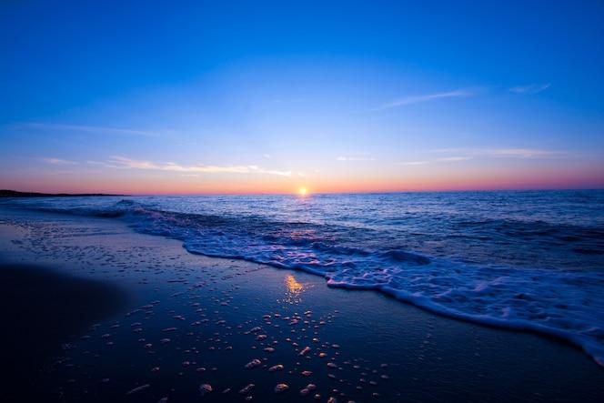 Puesta de sol sobre el mar.