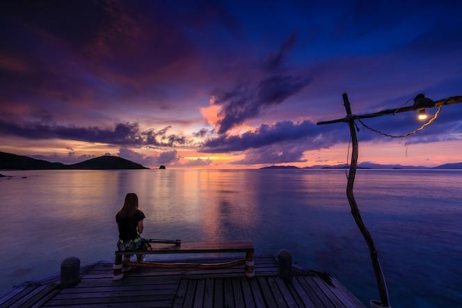 Puesta del sol colorida en el mar en la isla de koh mak, provincia de trat, tailandia.