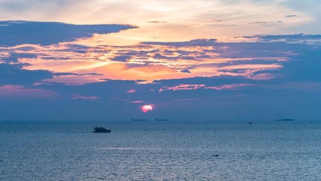 Puesta de sol al atardecer, barcos pequeños y grandes en la imagen
