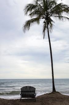 Puesta de sol en la bahía del océano de santa marta, colombia.