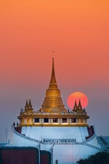 Puesta de sol cerca de la montaña dorada en bangkok