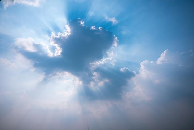 Puesta de sol y cielo despejado con rayos de sol