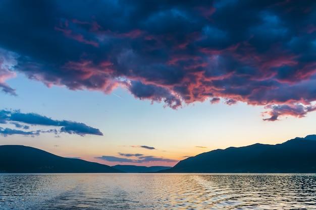 Puesta de sol en el cielo de montenegro sobre las altas montañas.