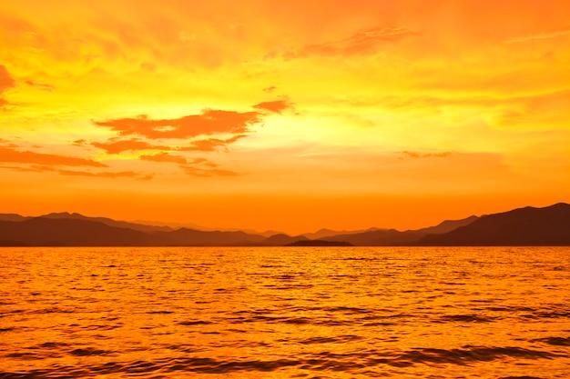Puesta del sol del cielo, tiempo crepuscular en la presa kaeng-krachan, parque nacional de tailandia, phetchaburi, tailandia