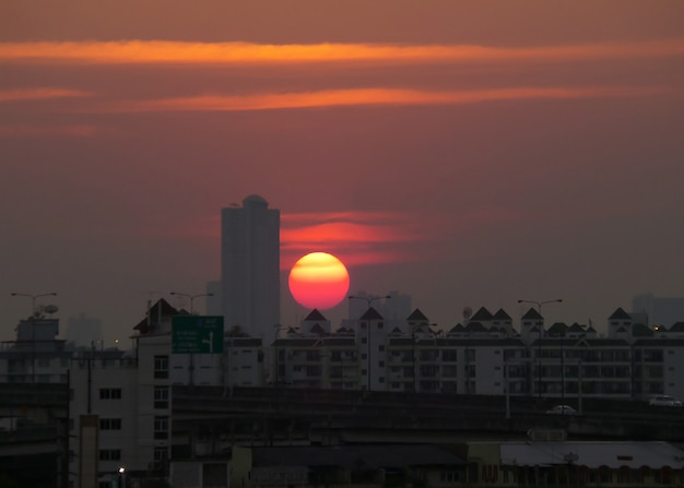 Puesta de sol de color vibrante sobre los edificios de la zona urbana de bangkok, tailandia