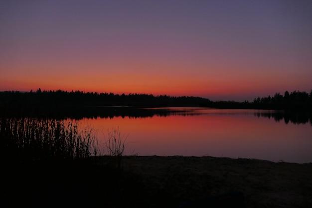 Puesta de sol de colores brillantes en el hermoso río azul