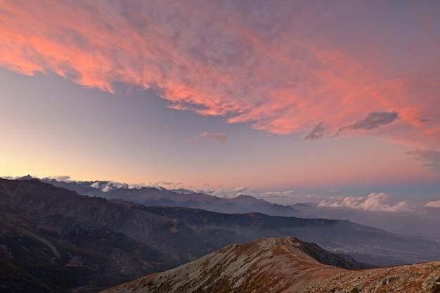 Puesta de sol en el colorido cloudscape de los alpes