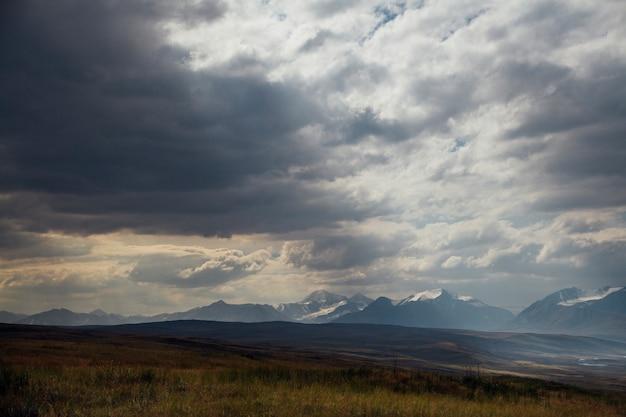 Puesta de sol en el desierto, los rayos del sol brillan a través de las nubes. meseta de ukok de altai. paisajes fríos fabulosos. nadie alrededor