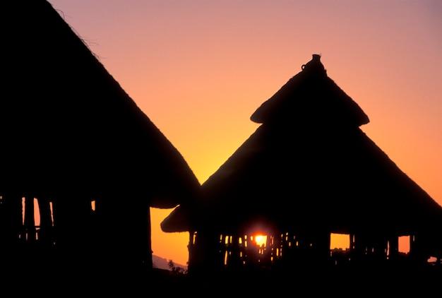 Puesta de sol detrás de konso huts en etiopía