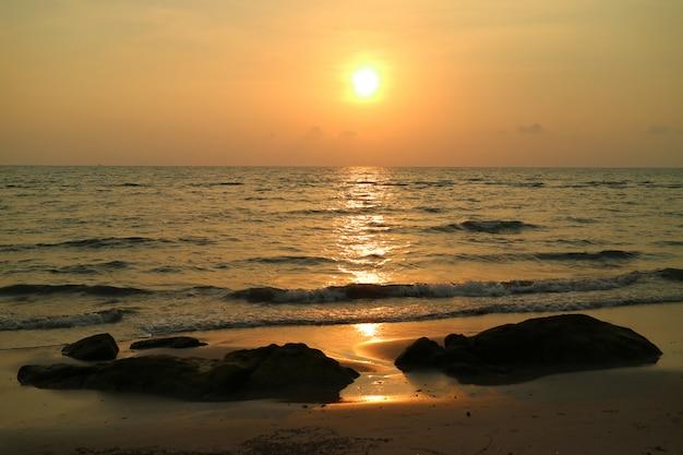 Puesta de sol dorada sobre el mar ondulado de tailandia
