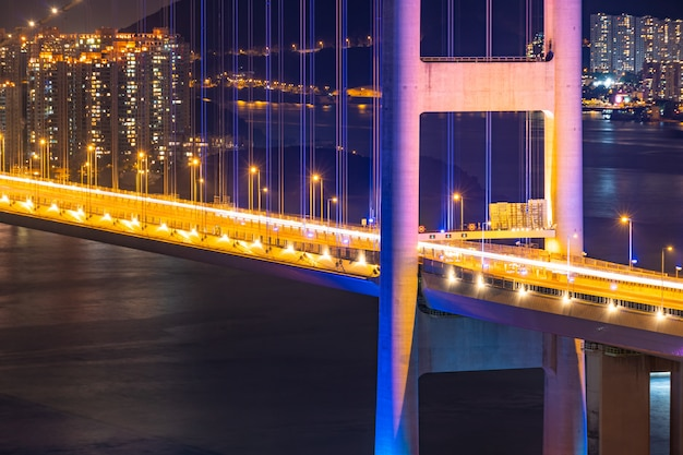 Puesta del sol e iluminación ligera del puente colgante de la señal del puente de tsing ma en el área de tsing yi de hong kong china.