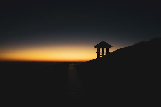 Puesta del sol escénica y mountain view entre la ruta que camina a doi pui ko, mae hong son, tailandia.