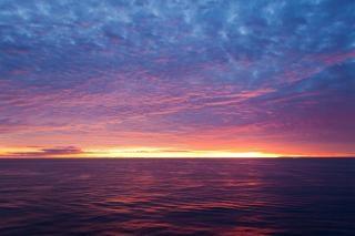 Puesta del sol escénica del océano