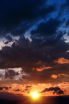 Puesta del sol escénica vertical