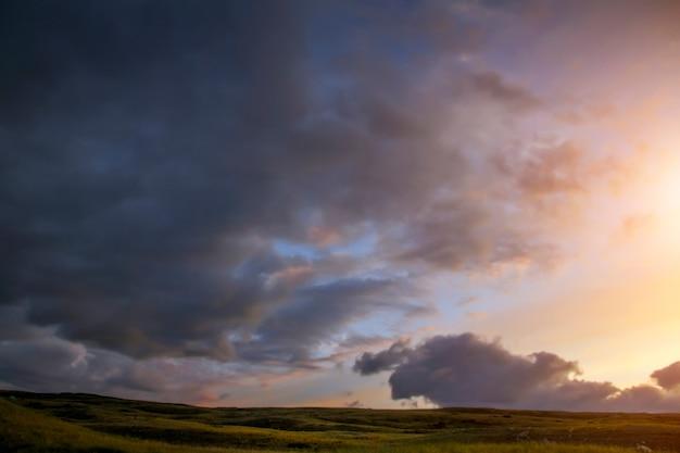 Puesta de sol en la estepa, un hermoso cielo nocturno con nubes, plato ukok, nadie alrededor, altai, siberia, rusia