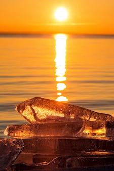 Puesta de sol de invierno con bloque de hielo