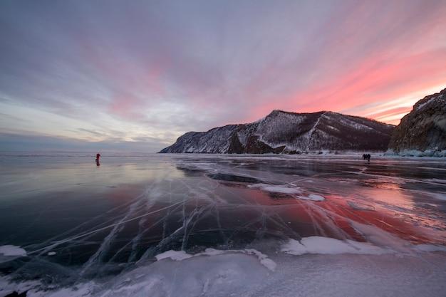 Puesta de sol del lago baikal, todo está cubierto de hielo, nieve
