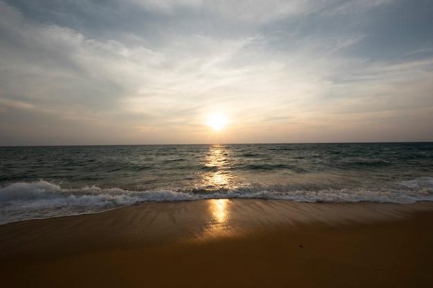 Puesta de sol y mar