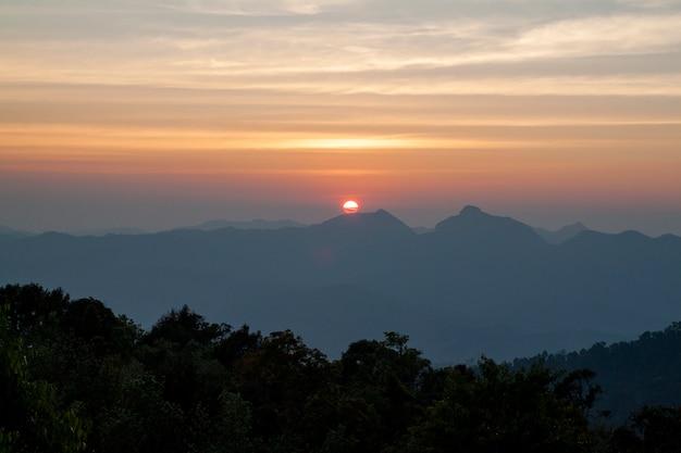 La puesta de sol en la montaña en el parque nacional de tailandia