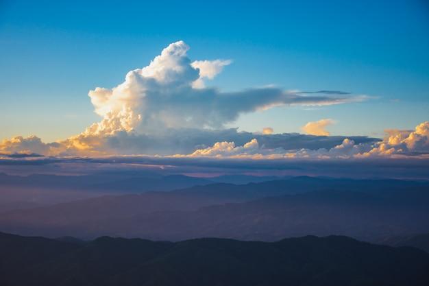 Puesta de sol, montañas y hermosas nubes en doi chang, mae fah luang village, chiang rai, tailandia